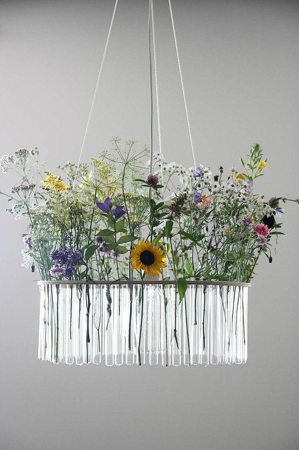 Żyrandol z probówek ze świeżymi kwiatami