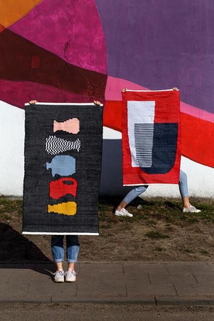 JUGS i RED. Dywany bawełniane z kolekcji FAV STUFF. W tle mural.