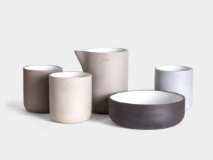 HADAKI Kolekcja Basic - seria prostych naczyń z kamionki. Czysty minimalizm w praktyce.