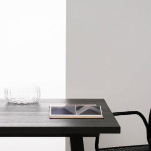 TRE Product: czarny stół Piano, fragment krzesła Nasz , szklana misa Wicker
