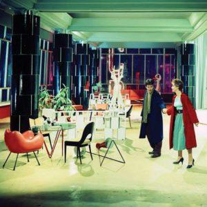 Postacie z filmu - para we wnętrzu luksusowego domu towarowego