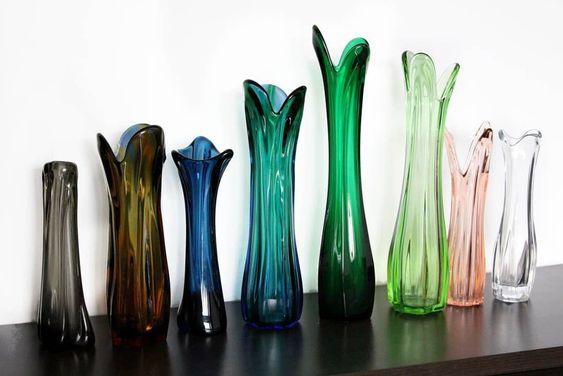 Wazony ze szkła w różnych kolorach, o wydłużonym kształcie przypominającym kwiat tulipana