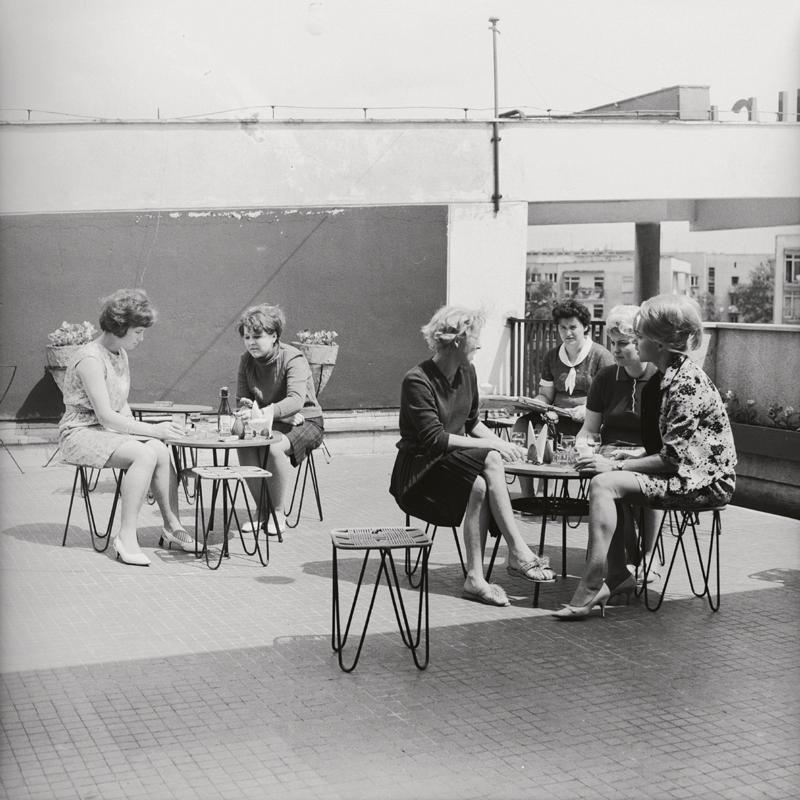 Kobiety przy kawiarnianych stolikach. Czarno-biała fotografia
