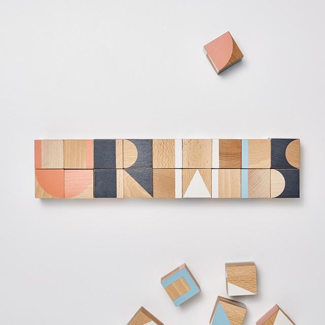 Klocki drewniane ułożone w napis URWIS - Projekt Dzioopla