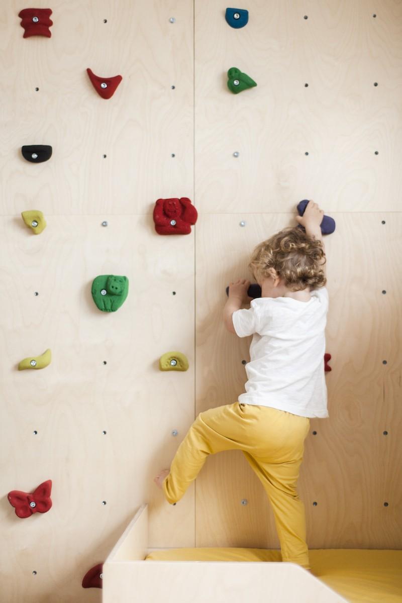 Dziecko na domowej ściance wspinaczkowej Nuki