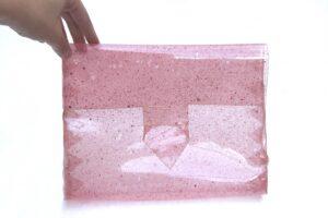 Bio Pocket. Torba kopertowa z różowego, przezroczystego bioplastiku, proj. Clara Davis
