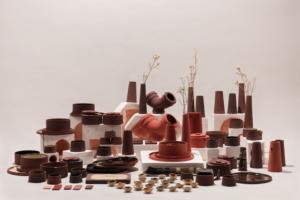 Red Mud Studio Thus That. Naczynia i elementy ceramiczne w kolorze terakoty