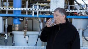 Bill Gates pije wodę z oczyszczonych ścieków